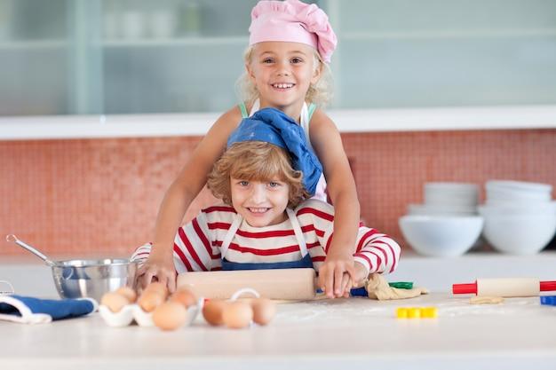 Beaux enfants cuire à la maison