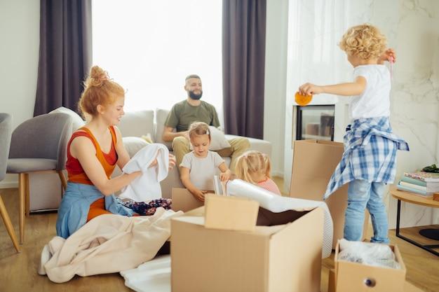 Beaux enfants positifs essayant d'aider leur mère