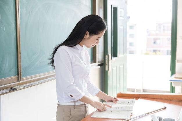 Beaux enseignants dans les classes d'enseignants