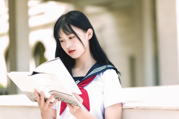 Beaux étudiants en costume marin lire des livres