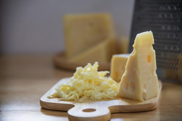 Beaux fromages dans la cuisine - concept de préparation de nourriture de fromage