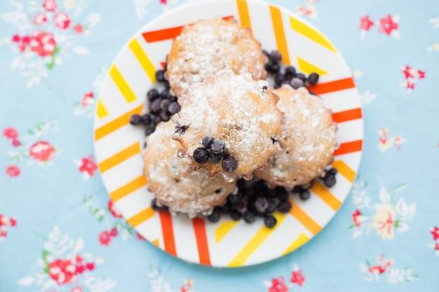 De beaux gâteaux au sucre en poudre et aux myrtilles