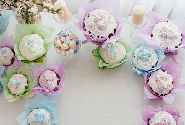 Beaux gâteaux de pâques sur une table lumineuse décorée