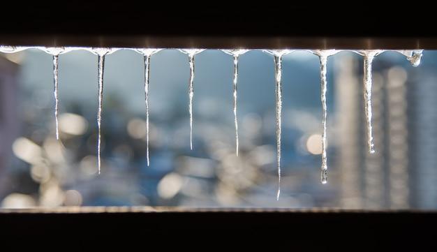 Beaux glaçons clairs brillent en hiver avec fond de bokeh