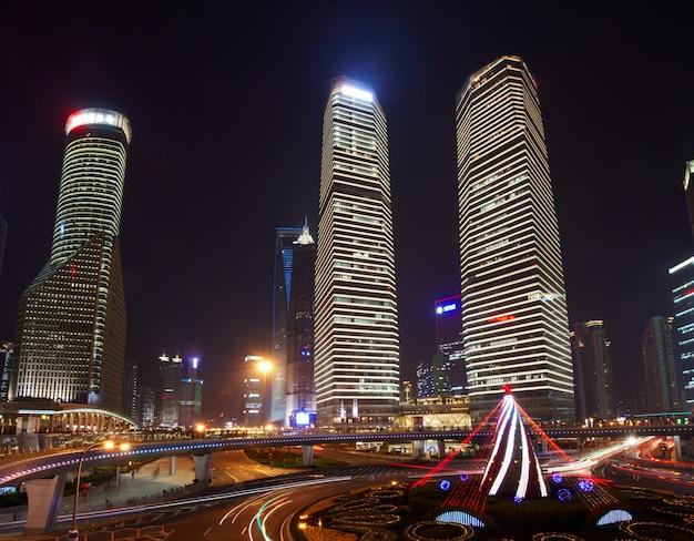 Beaux gratte-ciel, vue de nuit bâtiment de la ville de pudong, shanghai, chine.