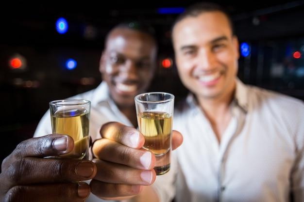 Beaux hommes buvant ensemble