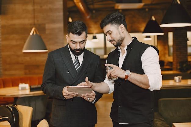 Beaux hommes dans un restaurant