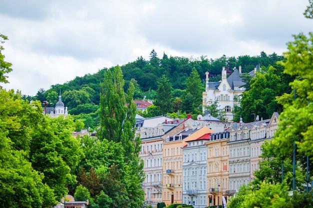 Beaux hôtels et bâtiments traditionnels sur la ville ensoleillée de karlovy vary.