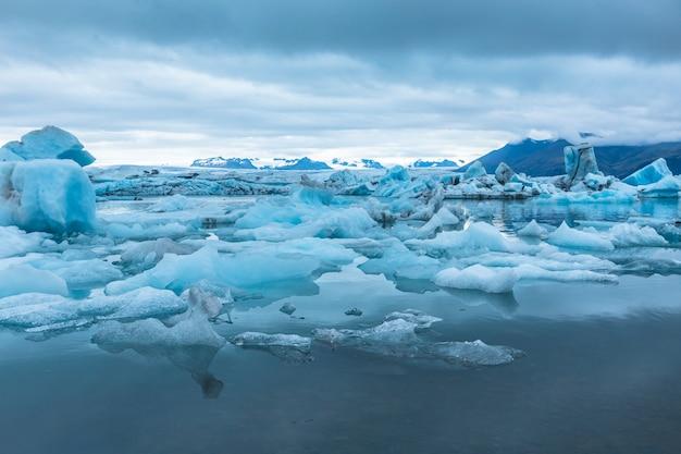 Beaux icebergs sur le lac de glace de jokulsarlon dans le cercle d'or du sud de l'islande par un froid matin d'août