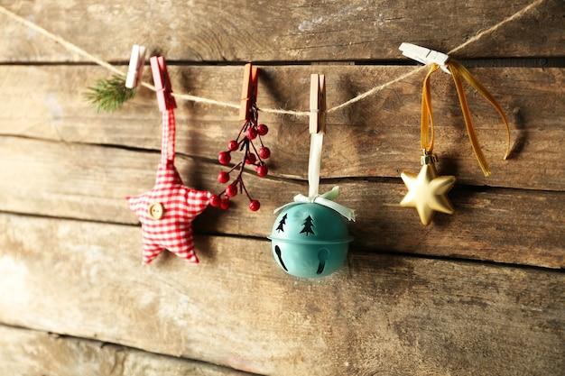 Beaux jouets de noël sur le vieux fond en bois
