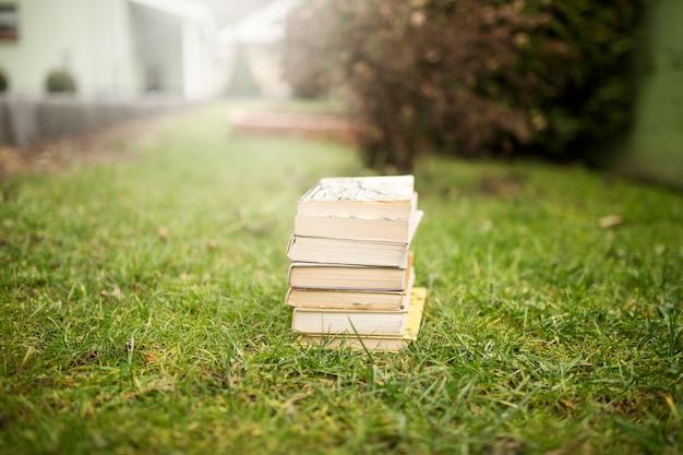 Beaux livres sur l'herbe