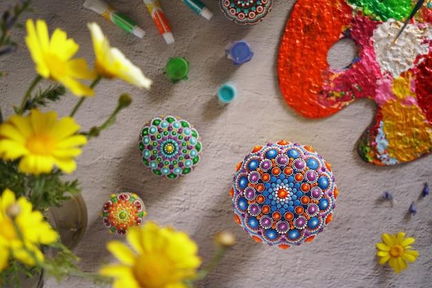 Beaux mandalas peints à la main