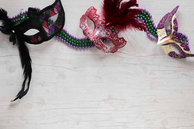 Beaux masques sur des colliers de perles