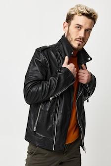 De beaux modèles masculins dans des vêtements à la mode sur fond clair redressent le col