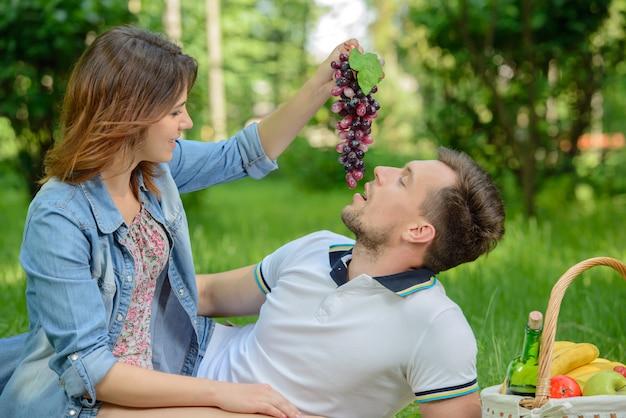 Beaux moments. jeune fille nourrit son petit ami.