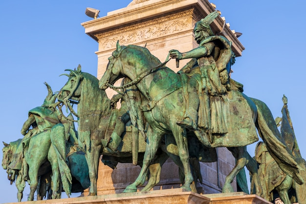 Beaux monuments sur la place des héros à budapest par une journée ensoleillée