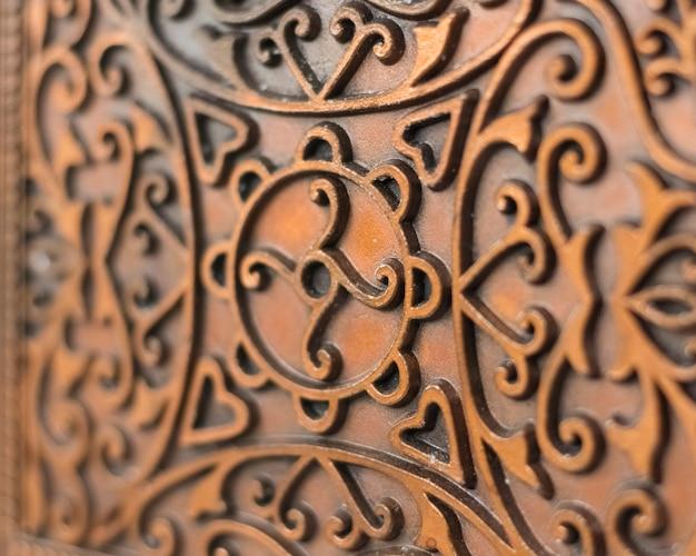 De beaux motifs sur une boîte en métal vintage. boîte antique, gros plan