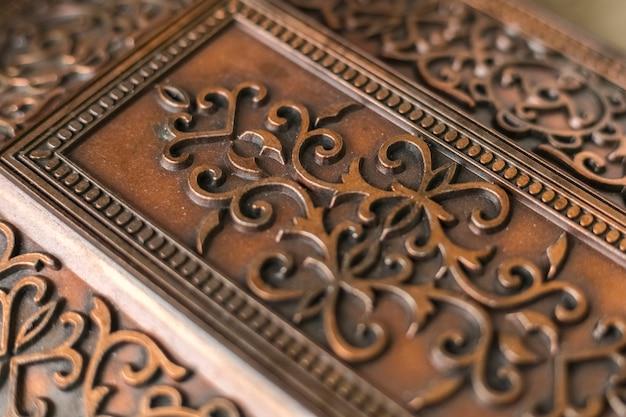 Beaux motifs décoratifs sur une boîte en métal vintage. boîte antique, gros plan