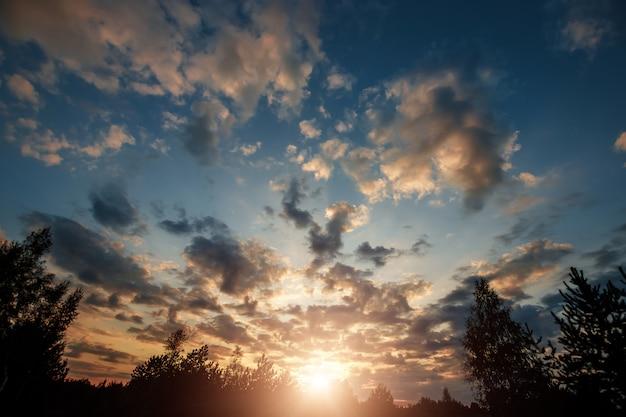 Beaux nuages au lever du soleil avec une lumière dramatique