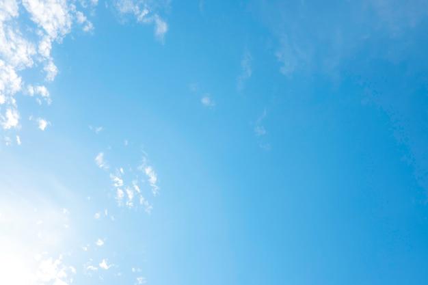 Beaux nuages blancs avec un ciel bleu. dégradé de nuances de couleur du blanc au bleu pour le fond