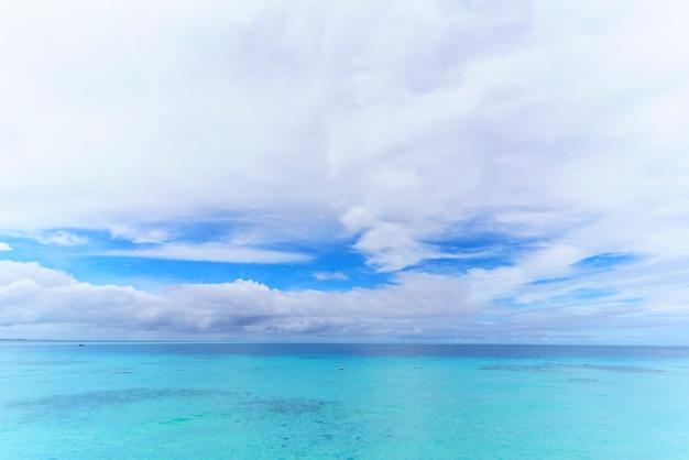 Beaux nuages blancs, ciel bleu et mer turquoise cristalline dans l'île tropicale des maldives