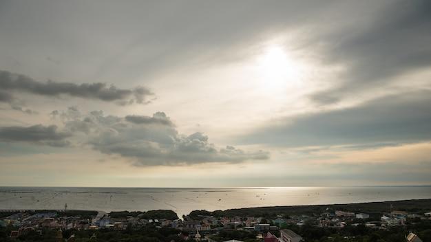 Beaux nuages avec coucher de soleil dans le village de ang sila, province de chonburi, thaïlande
