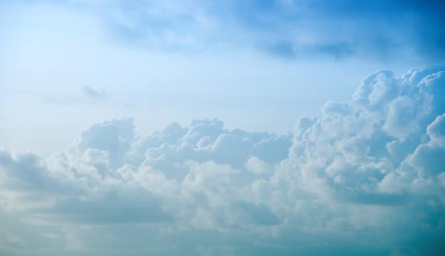 Beaux nuages dans un ciel bleu, vue de dessus.