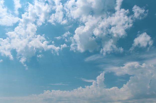 Beaux nuages dans le ciel