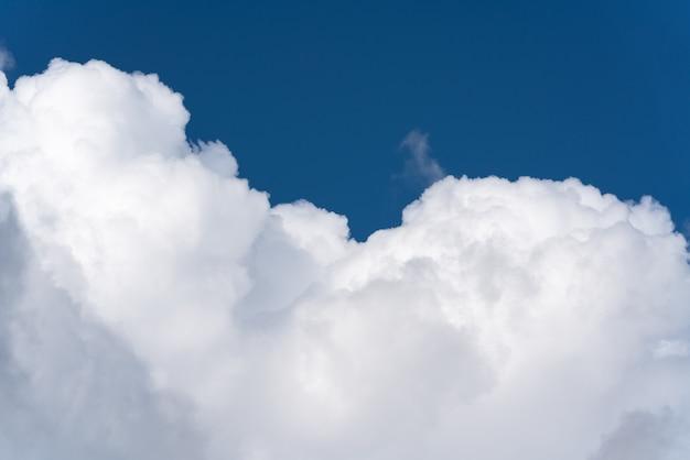 Beaux nuages d'été et ciel bleu. cloudscape époustouflant, vue sur fond de météorologie naturelle.