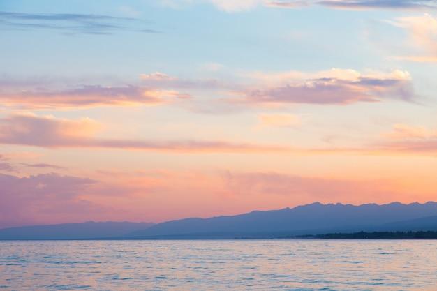 Beaux nuages sur la mer. montagnes en arrière-plan