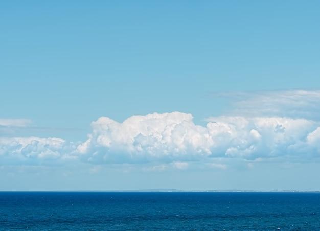 Beaux nuages sur la mer noire