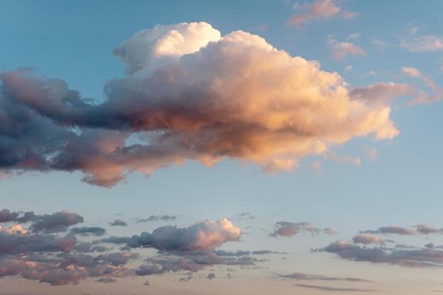 Beaux nuages naturels sur le ciel