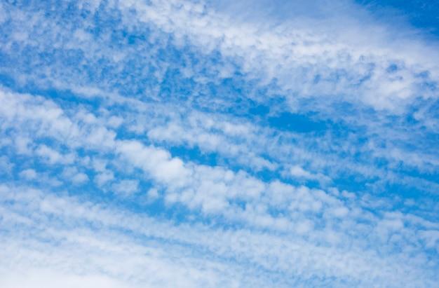 De beaux nuages nervurés sur un beau ciel bleu. fond, texture