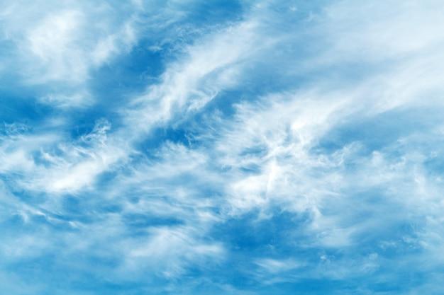 Beaux nuages pittoresques sur le ciel bleu. météo, fond de concept de nature.