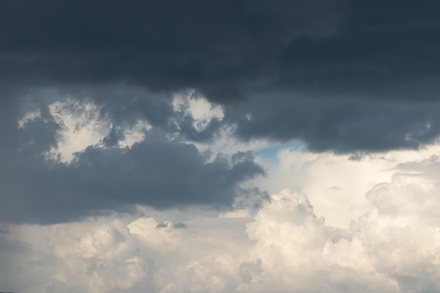 Les beaux nuages volumétriques sont sombres et clairs les beaux nuages par mauvais temps
