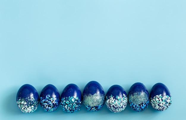 Beaux oeufs décoratifs bleus de pâques.