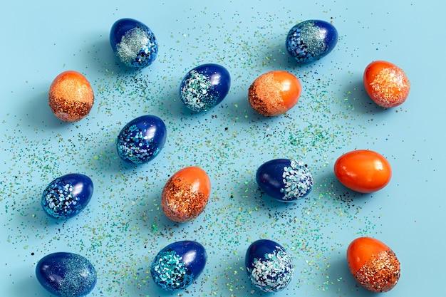 Beaux oeufs décoratifs de pâques bleu et orange.