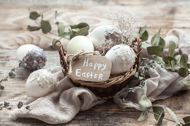 Beaux Oeufs De Pâques Dans Un Panier Décoré De Fleurs Séchées. Joyeuses Pâques. Photo gratuit