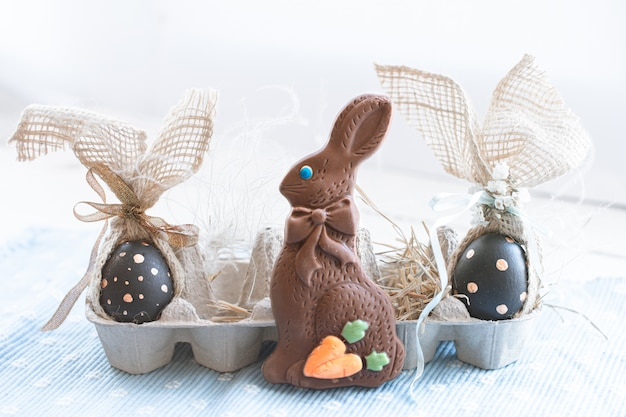Beaux oeufs de pâques décorés avec lapin en chocolat.