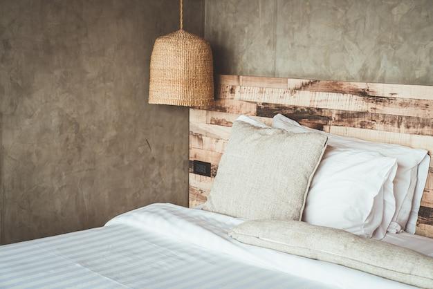 Beaux oreillers confortables sur le lit