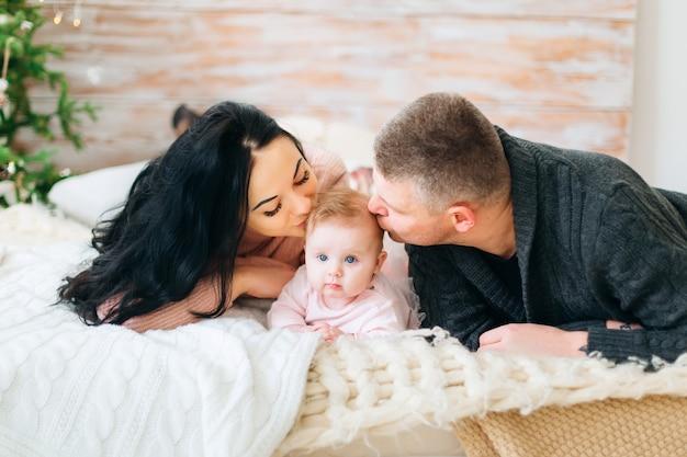 Beaux parents avec leur bébé mignon
