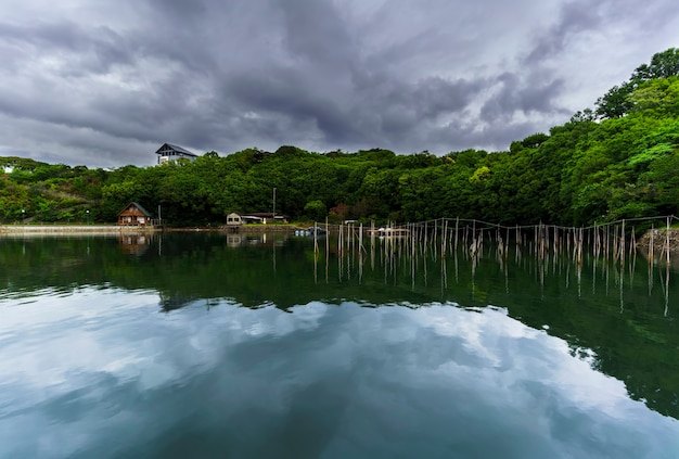 Beaux paysages de la baie d'ago avec reflet , ville de shima , mie , japon