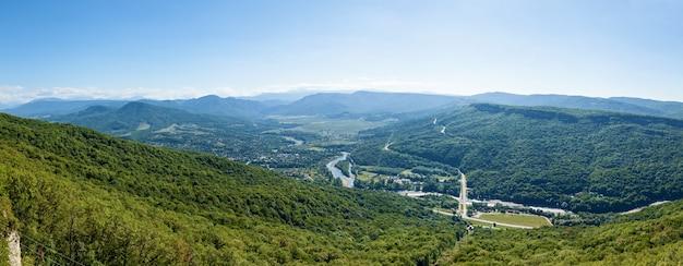 Beaux paysages dans les hautes montagnes vertes d'adygea les ponts d'observation de la rivière belaya