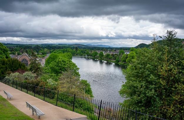 De beaux paysages du château d'inverness regardant la ville d'inverness et la rivière ness en écosse