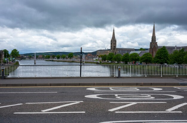 Beaux paysages du paysage urbain d'inverness et de la rivière ness , inverness , ecosse