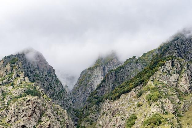 Beaux paysages avec de hautes montagnes de géorgie