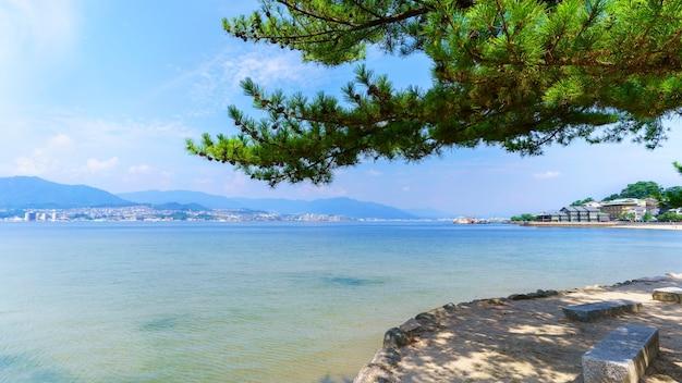 Beaux paysages de l'île de miyajima avec vue sur miyajimaguchi et la mer intérieure
