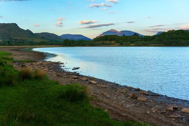 Beaux paysages loch awe autour du château de kilchurn au coucher du soleil , argyll and bute , ecosse