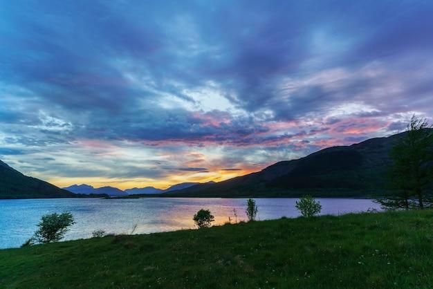 Beaux paysages de loch leven affichage ballachulish bridge à distance au coucher du soleil , glen coe , ecosse