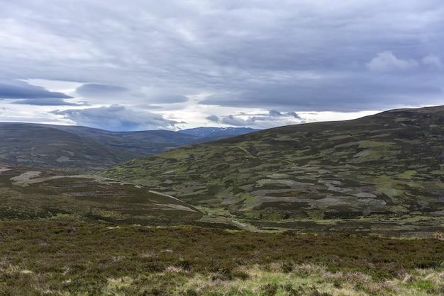 De beaux paysages le long du trajet en voiture d'inverness à aviemore, en écosse